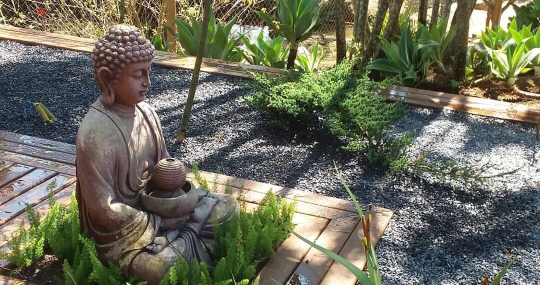 statue dans un jardin zen